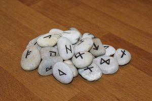 Voyant et medium pierres runiques