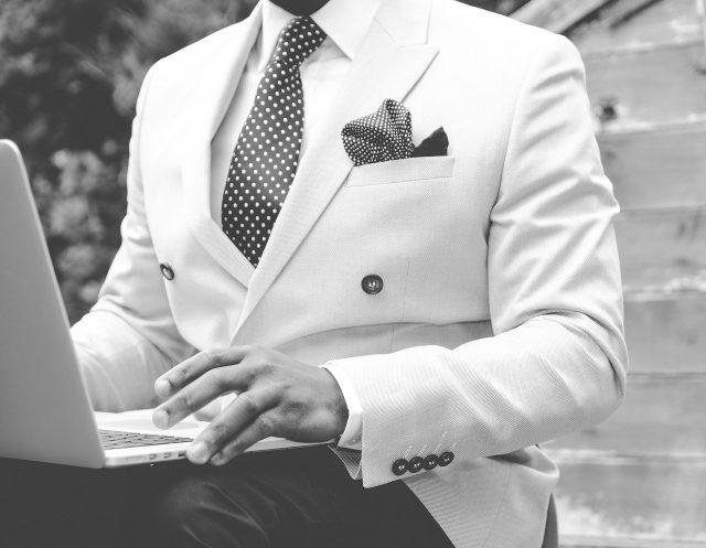 Opter pour des couleurs de vêtement homme adéquates, suivez notre guide
